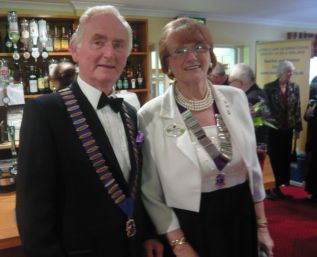 DG 105sw Marianne Warren and Honiton Lion President Ed Pescud