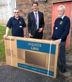 Lions Tom and Bernard presenting screen to Jon Duckham at WESC